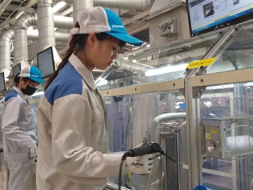 Việt Nam's manufacturing drops to record low in March due to pandemic